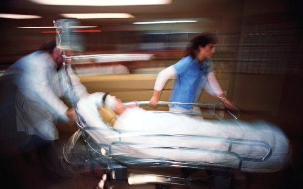 медики откачивают перепившую школьницу