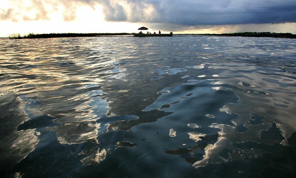 Десятикилометровое нефтяное пятно