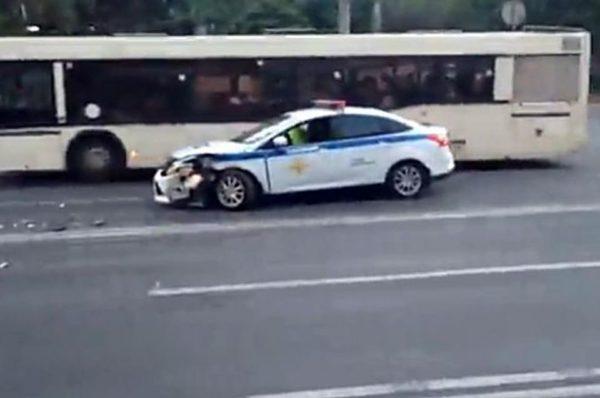 полицейский автомобиль попал в ДТП