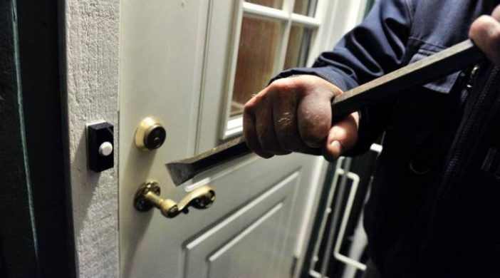 Юрист со взломом вселился в квартиру