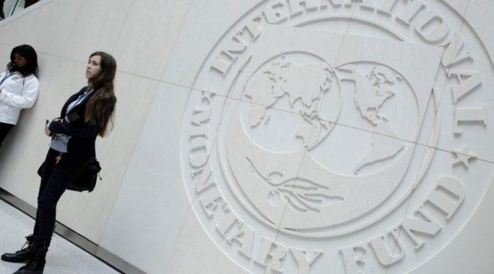 получить от МВФ два транша
